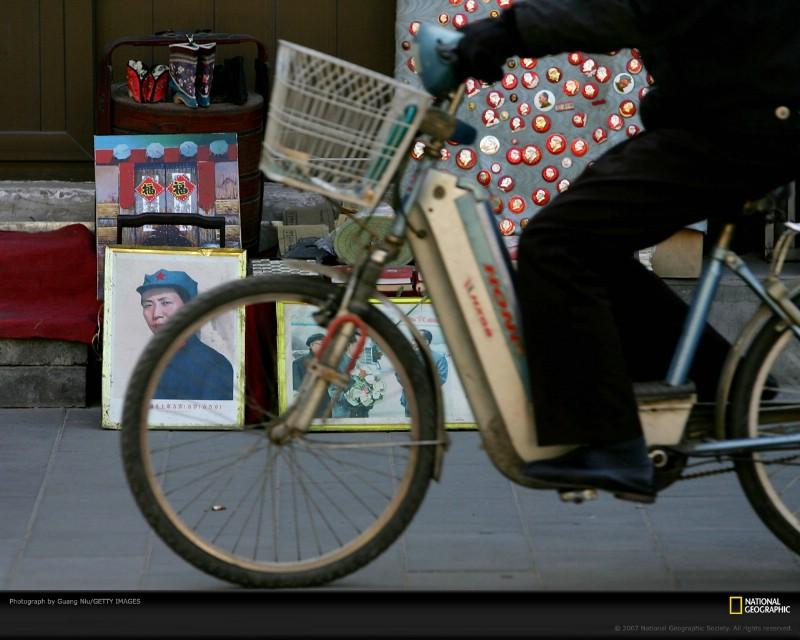 北京印象 国家地理摄影师眼中的北京新风貌 北京琉璃厂文化街 以经营古玩字画闻名 Beijing Cyclist on Liulichang Street壁纸 北京印象国家地理摄影师眼中的北京新风貌壁纸 北京印象国家地理摄影师眼中的北京新风貌图片 北京印象国家地理摄影师眼中的北京新风貌素材 人文壁纸 人文图库 人文图片素材桌面壁纸
