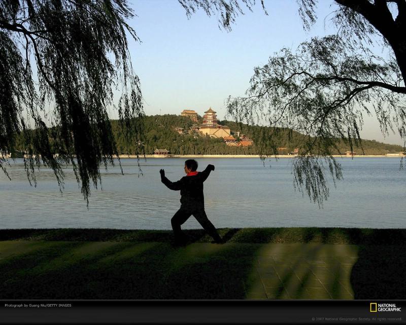 北京印象 国家地理摄影师眼中的北京新风貌 北京颐和园昆明湖旁 晨练者在打太极 Beijing Woman Practices Tai Chi壁纸 北京印象国家地理摄影师眼中的北京新风貌壁纸 北京印象国家地理摄影师眼中的北京新风貌图片 北京印象国家地理摄影师眼中的北京新风貌素材 人文壁纸 人文图库 人文图片素材桌面壁纸