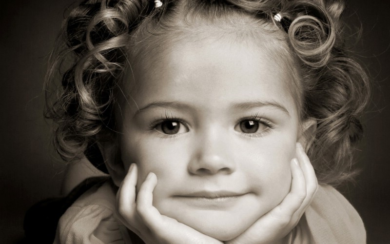 黑白儿童摄影 卷发小女孩图片壁纸壁纸
