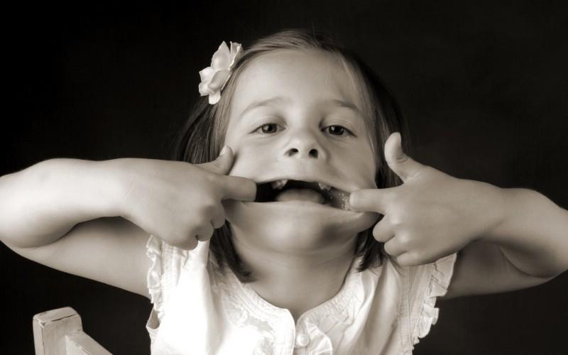 黑白儿童摄影 可爱小女孩图片壁纸