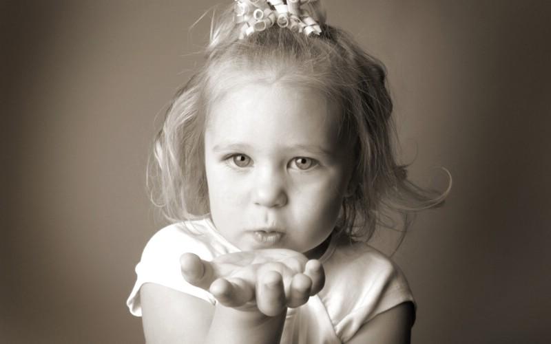 黑白婴儿摄影小美女的飞吻图片壁纸壁纸 爱与