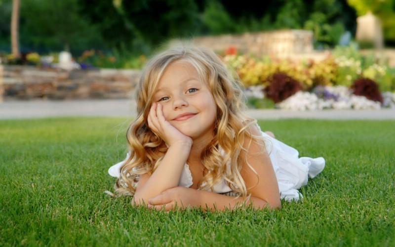 儿童摄影 草地上小美女图片壁纸壁纸 爱与纯真
